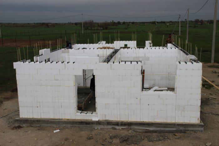 Монтаж стен дома из несъемной опалубки