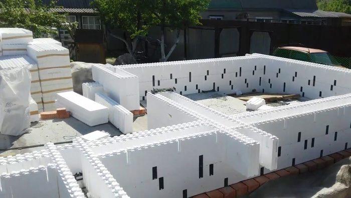 Процесс монтажа блоков несъёмной опалубки