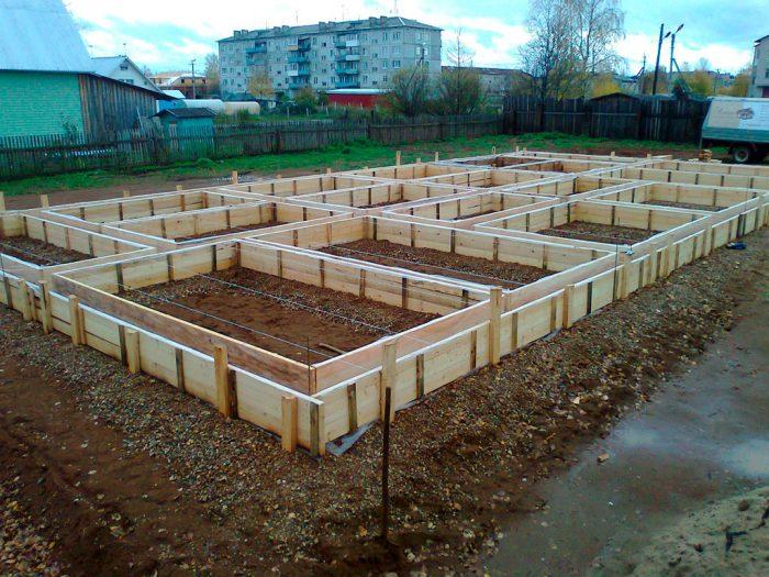 Пример деревянной опалубки для фундамента