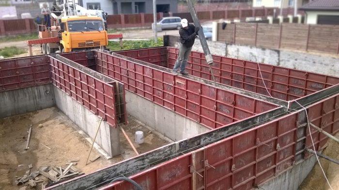 Заливка бетона в формы опалубки