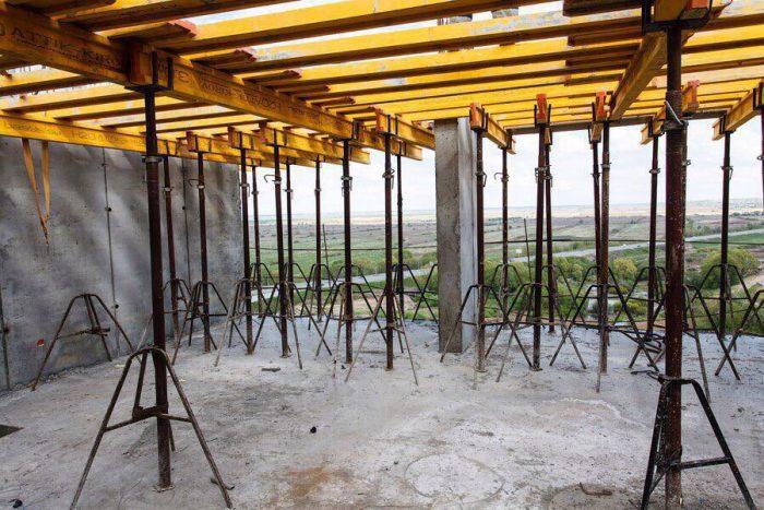 Смонтированные стойки опалубки перекрытий