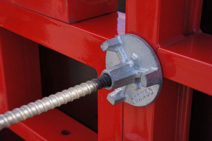 Пример монтажа стяжного винта на щит опалубки